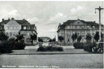 Plac Dworcowy po 1930 roku. Po prawej Bank Międzyrzecki.