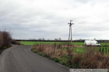 Bronikowo, widok w stronę Dąbrówki Wlkp. ulicy Czarna Droga, w prawo droga na cmentarz, zastąpiona w 2010 roku nową obwodnicą Zbąszynka. Fotka wykonana w dniu w dniu 23.10.2009.