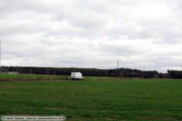 Bronikowo, widok w stronę drogi na cmentarz, zastąpionej w 2010 roku nową obwodnicą Zbąszynka. Fotka wykonana w dniu w dniu 23.10.2009.