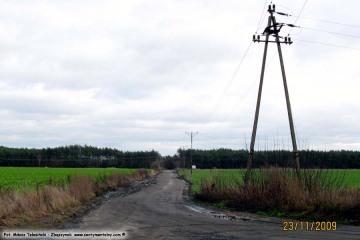 Bronikowo, droga na cmentarz, zastąpiona w 2010 roku nową obwodnicą Zbąszynka. Fotka wykonana w dniu w dniu 23.10.2009.