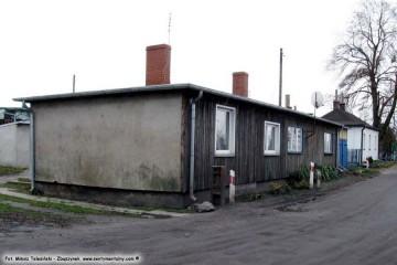 Budynki przy Czarnej Drodze w dniu 23.11.2009. Krótko po wykonaniu zdjęcia żwir zastąpiono asfaltem.