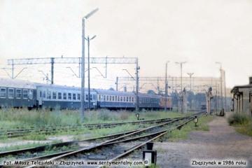 """Lato 1986. Widok w stronę dworca osobowego, koło """"myjni wagonów"""", w tle pociąg ekspresowy """"Berolina"""" z Poznania do Berlina."""