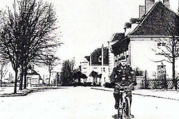 Widok na Plac Dworcowy od strony dzisiejszej ulicy Kosieczyńskiej. Foto z około 1940 roku.