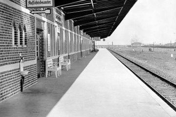 Nie ma jeszcze peronu trzeciego, przygotowane tylko podłoże. Peron trzeci oddano dopiero w latach 1940 - 44.