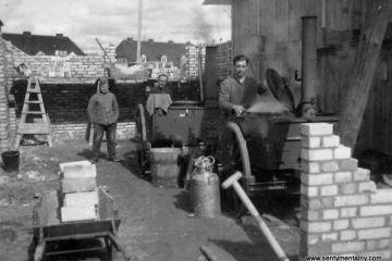 Budowa baraków wzdłuż dzisiejszej ulicy P.C.K. W oddali widać ulicę Kilińskiego