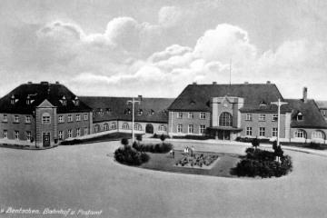 Dworzec od strony miasta około 1930 roku. Prawe skrzydło jeszcze nie wybudowane.