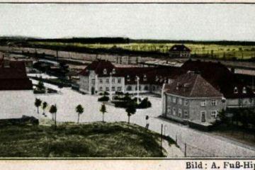 Widok dworca kolejowego z 1931 roku. Część budynku symetryczna do poczty wybudowana w 1930 roku, już pełni swoją rolę, natomiast łącznik do reszty budynku dworcowego dopiero w planach.