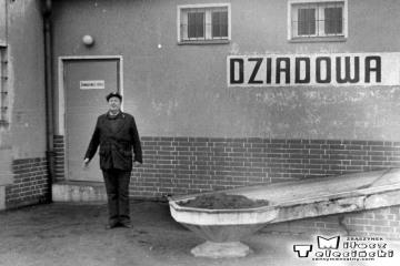 Dziadowa Kłoda 02.02.1988. Zawiadowca stacji Pan Śródka.