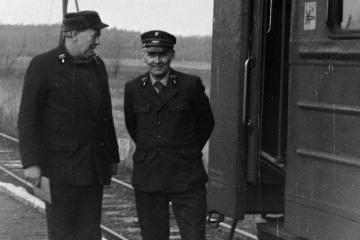 Dziadowa Kłoda 02.02.1988. Od lewej: zawiadowca stacji Pan Śródka, Pan Leon Pastusiak - kierownk pociągu.