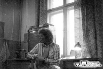 Pani kasjerka w kasie stacji Laski Smardze 23.02.1990.