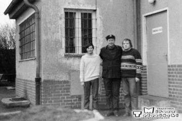 Dziadowa Kłoda 02.02.1988. Od lewej: Arkariusz Burdziuk, zawiadowca stacji Pan Śródka, Miłosz Telesiński.