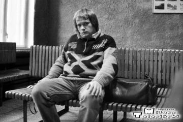 """Syców - poczekalnia 11.11.1990. Widać fradment gabloty z dużymi zdjęciami, którą zrobił zawiadowca stacji Pan Józef Promny, dzięki mym zdjęciom. Po """"przemianach """", gablota porzucona uległa całkowitej dewastacji."""