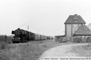 Ty2-934 na stacji Bukownica w dniu 28.05.1988. Był to ostatni planowy pociąg pasażerski.