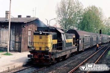 Gorzów Wlkp. Maj 1991. Osobowy z Międzychodu wjeżdża na peron trzeci.