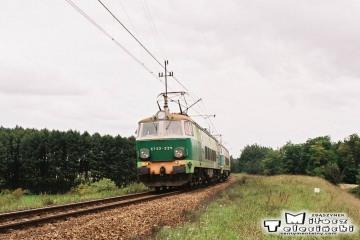 ET22-224 (jako z tyłu) + ET22 ? jedzie od Babimostu do Zbąszynka, mijając Podmokła, odejście starego toru do Zbąszynia.16.09.2008