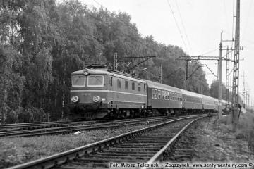 """Wjeżdża do Zbąszynka, koło nastawni """"Chlastawa"""". """"Berolina"""" EP05-08 w dniu 19.08.1987"""