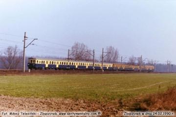 Jednostka EN-57 wyjeżdża ze Zbąszynka w stronę Poznania w dniu 24.02.1990.