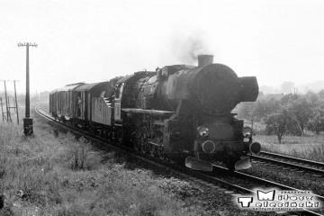 Wjazd do Gorzowa od strony Wieprzyc pociągu towarowego jesienią 1986.