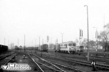 Gorzów Wlkp w maju 1991. SP45 najeżdża na skład do Poznania.