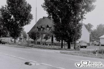 """Jasieniec 04.08.1986. Dawniej szkoła, podczas """"życia"""" kolejki, też szkoła."""