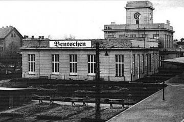 1925 Widoczne ślady po dawnym peronie do Międzyrzecza. Tor do Międzyrzecza (ze Zbąszynia nie czynny od 1920 roku) kończył się pod widocznym nowym budynkiem stacyjnym.