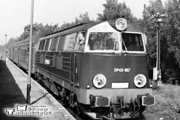 Lutol Suchy w dniu 03.10.1987. Krzyżowanie pociągu specjalnego z osobowym kierunku z Międzyrzecza prowadzonym przez SP45-187. Poc. specjalny prowadzi Tkt48-28.