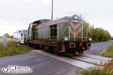 Przejazd za Dąbrówką Wlkp. w stronę Zbąszynka w dniu 27.07.2004. SP42 ciągnie zdefektowany SA-105-101