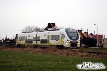 Dąbrówka Wlkp. Pociąg osobowy z Gorzowa Wlkp., opuścił dworzec w Dąbrówce i zmierza do Zbąszynka.