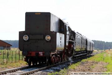 Pociąg specjalny Wolsztyn - Międzyrzecz, na trasie Zbąszynek - Dąbrówka Wlkp., zbliża się do przejazdu w Dąbrówce w dniu 23.06.2019