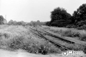Kursko w dniu 05.08.1990. Odgałęzienie toru bocznicowego do Kęszycy - dawnej siedziby wojsk. Do 1945 roku tor dochodził do Staropola, łącząc się z linią Toporów - Międzyrzecz.