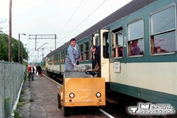 Wieczorny pociąg z Międzyrzecza do Rzepina w dniu 11.06.1994. Odbiór kasy ambulansowej.