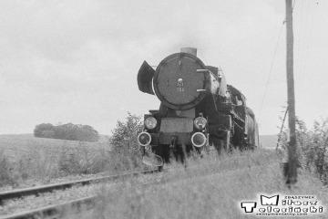 Ty2-156 z osobowym od strony Międzyrzecza tuż przed Sulęcinem w dniu 08.09.1986.