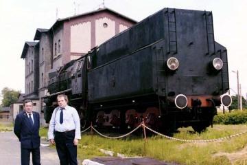 Ja i Kryspin Nawotnik na tle pomnika Ty51-37 w Rzepinie w dniu 11.06.1994