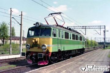 Rzepin 04.05.1992. EU07-016 najeżdża na pośpieszny - sypialny z Frankfurtu/O do Warszawy - Moskwy.