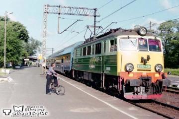 Rzepin w dniu 13.06.1996. EU07-420 z osobowym Frankfurt - Poznań nr 222.