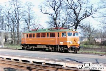 """Rzepin 19.04.1994. EP08-015 do Eurocity """"Berolina"""" z Berlina do Warszawy."""