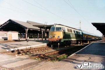 Frankfurt nad Odrą w dniu 13.06.1996. Pociąg osobowy z Poznania do Rzepina. Do Rzepina jako 222. SU45-225 do Rzepina, dalej EU07-420.