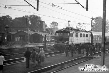 Opalenica, EU07-188 z osobowym Poznań - Rzepin w dniu 13.09.1986. Na końcu doczepiona salonka z delegacją z Warszawy związaną z otwarciem skanseny na Kolejce Wąskotorowej.