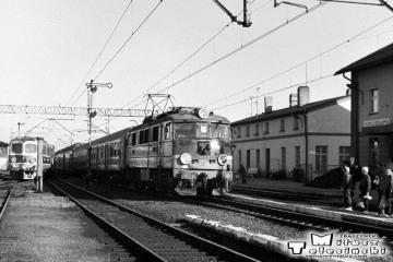 Opalenica, EU07-230 z osobowym Poznań - Rzepin w dniu 13.11.1986.