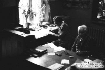 Przewóz 22.08.1986. Pracownicy stacji. przy oknie zawiadowca, bliżej Pan Wiśniewski, pracował jako emeryt na pół etatu.