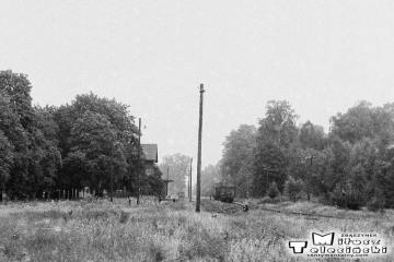 Przewóz 22.08.1986. W oddali pociąg towarowy z Sanic. do Żagania.