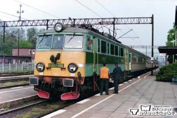 Czerwieńsk 16.05.1995. EU07.016 z pośpiesznym Poznań - Zielona Góra.