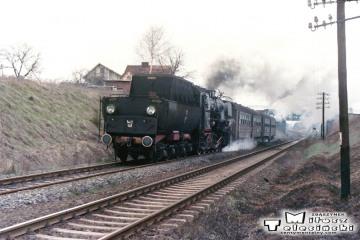 Wolsztyn - Adamowo 07.03.1988. Ty42-148 do Nowej Soli, mija wiadukty w Adamowie w dniu 07.03.1988