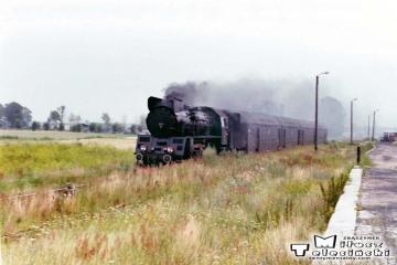 Zbąszyń Przedmieście w dniu 25.07.1990. Ol49 ze składem z Leszna do Zbąszynka.