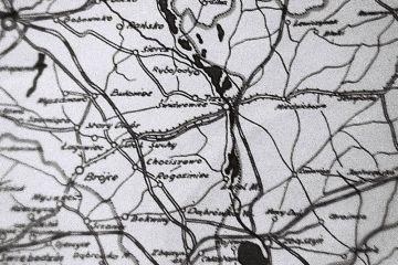 """1950 Na pierwszych powojennych mapach nie zawsze oznaczano aktualny stan kolei. Linia oznaczona jako wąskotorówka, z przetłumaczenia Kleinbahn, co oznaczało """"małą kolej"""" również w jej klasyfikacji administracyjnej."""