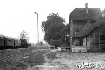 Grabów nad Prosną w dniu 28.05.1988. Po lewej Ty2-934 z ostatnim pociągiem pasażerskim do Namysłaków.