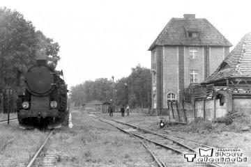 Namysłaki w dniu 28.05.1988. Ostatni pociąg pasażerski na trasie Ostrzeszów - Namysłaki. Parowóz Ty2-934.