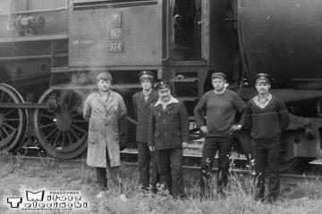 Namysłaki w dniu 28.05.1988. Drużyna ostatniego pociągu pasażerskiego na trasie Ostrzeszów - Namysłaki. Parowóz Ty2-934.