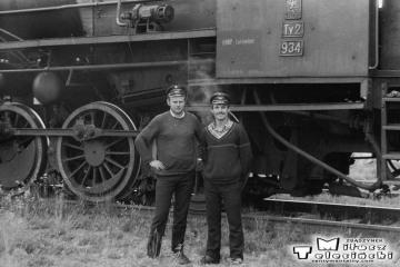 Namysłaki w dniu 28.05.1988. Maszyniści ostatniego pociągu pasażerskiego na trasie Ostrzeszów - Namysłaki. Parowóz Ty2-934.