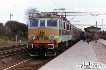 Ostrzeszów 12.03.1990. EU07-233 do Poznania.